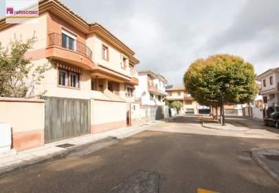 Casa pareada en calle Romanza