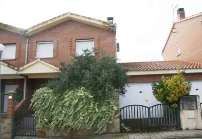 Casa pareada en Chalet Pareado y Con Garaje Para Entrar A Vivir en El Casco Urbano de Almorox