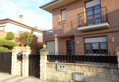 Casa pareada en calle de Solagüen
