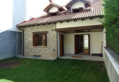 Casa pareada en calle Pirineos, nº 6