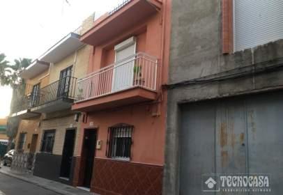 Casa adosada en calle Puebla de Cazalla, cerca de Calle Puebla de los Infantes