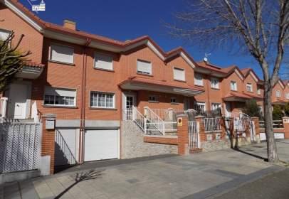 Casa adosada en calle Fuente El Prado, nº 27
