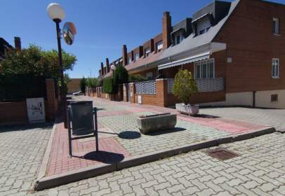 Casa adossada a Urbanización Villalobos