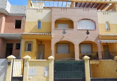 Casa adossada a calle Uruguay